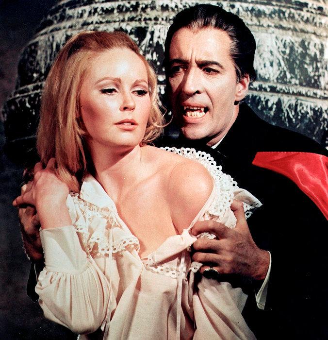 A tout saigneur… Dracula interprété par Christopher Lee (en haut) dans «Dracula et les femmes», de Freddie Francis, en 1968.