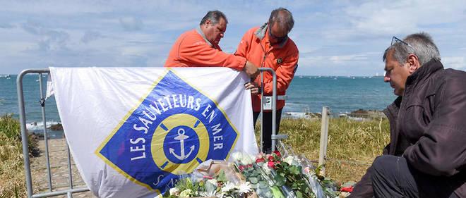 Les hommages se succèdent sur la plage des Sables-dOlonne, où trois sauveteurs en mer ont péri.