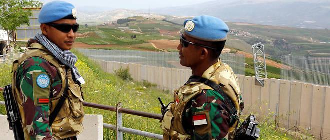 Des soldats de la Finul surveillent les abords du mur de séparation dont Israël a entamé la construction sur la ligne bleue démarquant Israël du Liban.