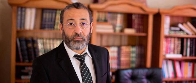 Tareq Oubrou, grand imam de Bordeaux, devant sa bibliothèque.