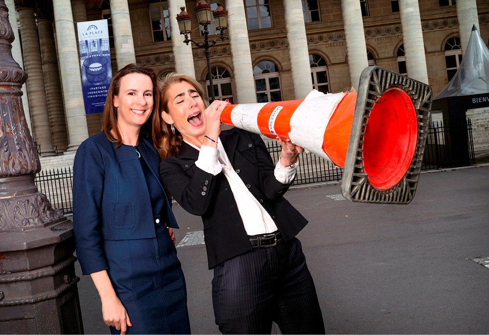 Complices. Anne-Sophie d'Andlau (à g.) et Catherine Berjal, ici devant le palais Brongniart, à Paris, ont créé le fonds d'investissement CIAM en 2009.