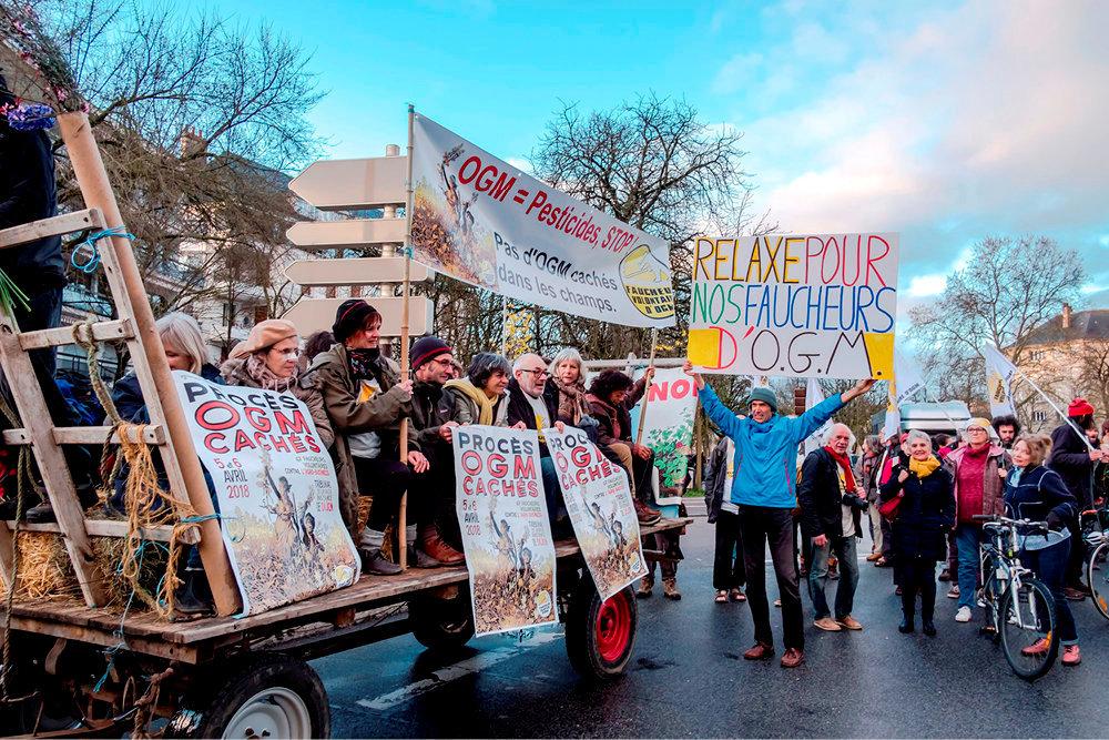 Tribunal. Des militants se rassemblent à Dijon pour soutenir 38faucheurs volontaires d'OGM cultivés par la société Dijon-Céréales à l'ouverture de leur procès.