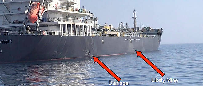 Image PowerPoint fournie par le commandement interarmées responsable des opérations militaires américaines de la Corne de l'Afrique à l'Asie centralemontrant une explosion (à gauche) ainsi qu'une possible mine (à droite) sur la coque du pétrolier japonais «Kokuka Courageous» attaqué jeudi dans le golfe d'Oman.