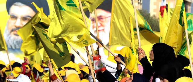 À côté des portraits du secrétaire général du Hezbollah Hassan Nasrallah (à g.), des partisans du mouvement chiite brandissent celui du guide suprême iranien, l'ayatollah Ali Khamenei.
