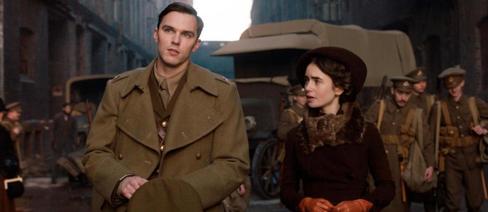 <p>Tolkien (Nicholas Hoult) et sa future femme, Edith Bratt (Lily Collins)</p>