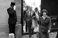 <p>François et Danielle Mitterrand quittant leur appartement du 22 rue de Bièvre en mai 1981.</p>