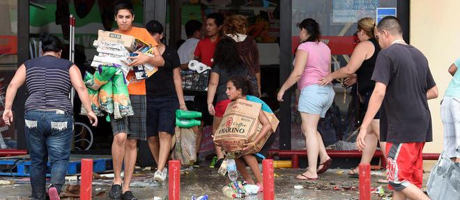 Pour les collapsologues, l'epuisement des ressources va conduire a la fin du monde tel qu'on le connait. Sur toute la planete, les habitants seraient livres a eux-memes, contraints par exemple, comme ici au Mexique apres un ouragan en 2014, de piller les supermarches pour se nourrir.