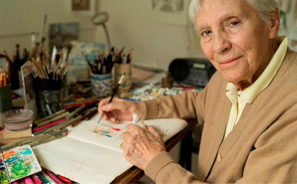 Messagère. Jacqueline Duhême, 91ans, sur sa table de dessin, à Paris.