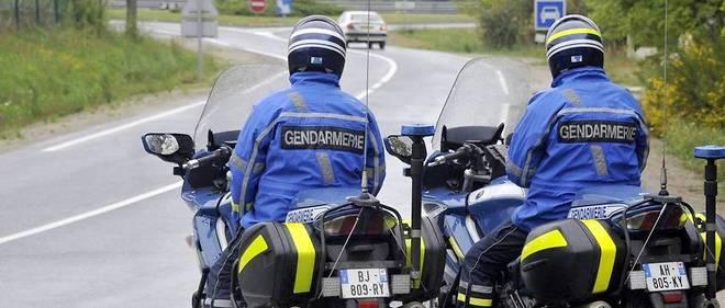 Un contrôle de gendarmerie avec deux motards d'intervention.