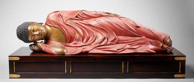 Gautama Shakyamuni entrant dans le Nirvana, le lieu du non. Statue de bois laquée et dorée. Japon, XIXe siècle. (20 cmx 80 cm.)