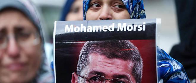 Le 17 juin 2019, une femme sort dans la rue avec le portrait de Mohamed Morsi, victime d'une crise cardiaque lors d'une audience.
