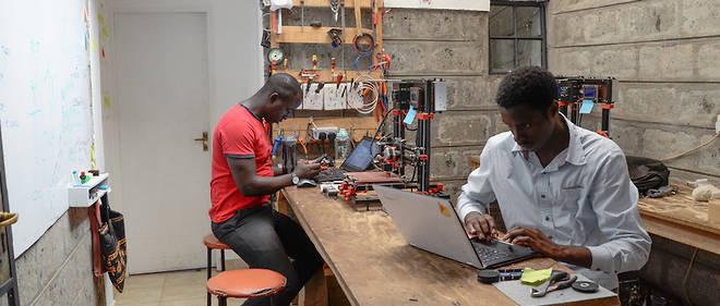 Deux membres d'AB3D sur leur lieu de travail à Nairobi.