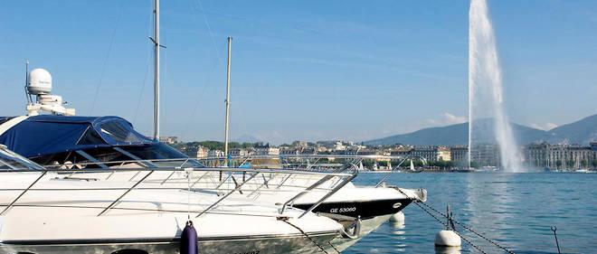 Jet d'eau et bateau de plaisance au port de Genève.