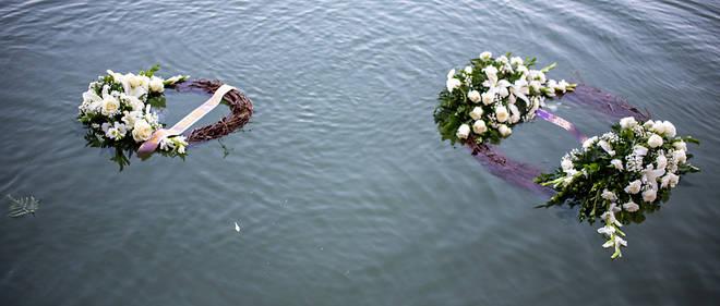 Des couronnes de fleurs ont été jetées le 28 juin sur le Rio Grande au Texas en mémoire des immigrants qui se noient en tentant d'entrer aux États-Unis.