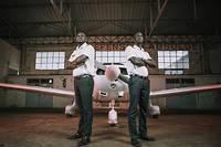 Birame Coulibaly (à gauche) et Maodo Ndiaye (à droite) posent devant leur appareil qui leur a permis de rallier Saint-Louis-du-Sénégal à Lognes.