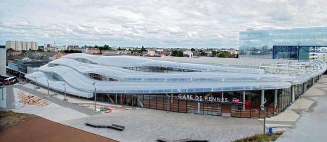 Une toiture tout en ondulations : un nuage ferroviaire plutot gonfle...  (C)Mathieu Lee Vigneau