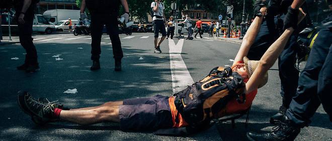 Un activiste est traîné sur la route par la police, qui essaie de dégager le pont de Sully, lors d'une manifestation non autorisée à Paris, le 28 juin 2019.