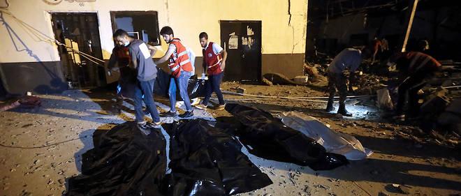 Les secouristes cherchent encore des corps après la frappe aérienne qui a tué près de 53 personnes au centre de détention de Tajoura, à l'est de Tripoli, le 3 juillet 2019.