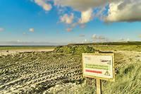 Plage du Bon Abri à Hillion. L'échouage d'importantes quantités d'algues vertes en baie de Saint-Brieuc a conduit à la fermeture de nombreuses plages.