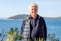 Le professor Miroslav Radman posant dans le jardin du centre de recherche Medils qu'il a créé à Split, Croatie.