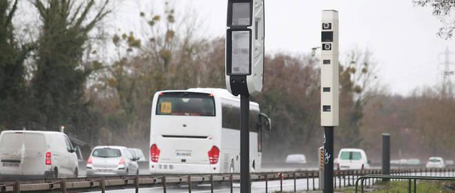 Sur l'autoroute A 15, le radar Tourelle (au premier plan) est la dernière génération de radar multifonction pouvant détecter de multiples infractions. Il est aux côtés d'un radar Mesta Fusion (au second plan) qu'il remplacera à terme.