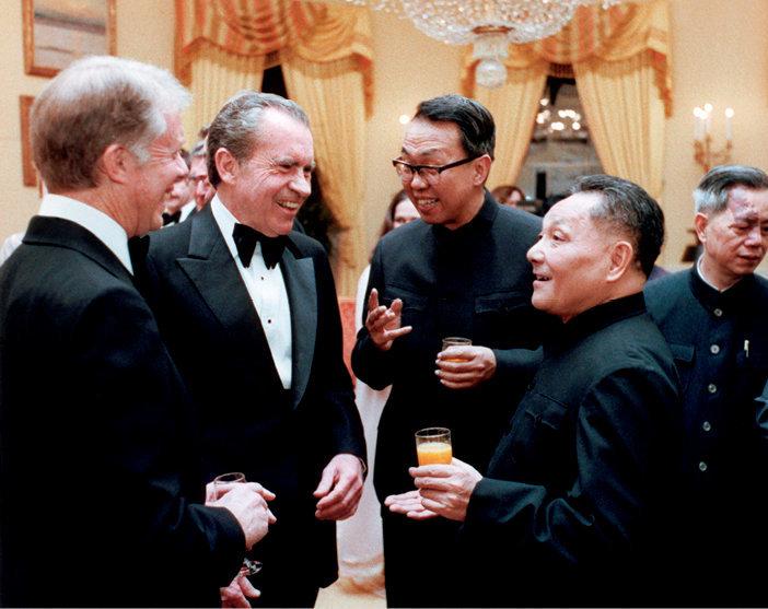 Quand la Chine s'éveille… Soirée de gala pour Deng Xiaoping à la Maison-Blanche, le 29janvier 1979. Au côté du président, Jimmy Carter (de profil, à g.), on note la présence de l'ancien président Richard Nixon.