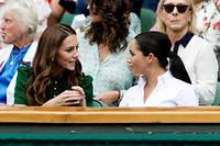 La duchesse de Cambridge, à gauche, et celle de Sussex affichent leur proximité le 13 juillet, lors de la finale dames du tournoi de Wimbledon, pour contrer les rumeurs sur leur mésentente.