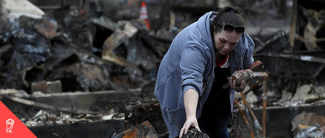 Une habitante de Paradise en Californie tente de récupérer quelques affaires dans les décombres de sa maison détruite par camp fire le 22 novembre 2018.