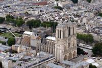Le 15 avril, le toit et la flèche de Notre-Dame (ici photographiée depuis un hélicoptère le 11 juillet) s'effondraient devant des Parisiens médusés. Pour Emmanuel Macron, la reconstruction doit être achevée dans 5 ans.