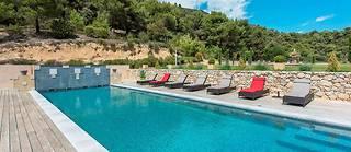 A Lourmarin, lasomptueuse piscine d'une demeure contemporaine de 800mètrescarrés.