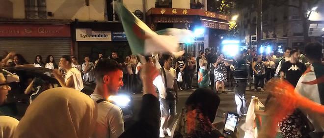 Des supporteurs des Fennecs klaxonnent dans la rue d'Avron dans le 20e, à Paris.