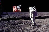 Photo de la Nasa montrant Edwin E. « Buzz» Aldrin Jr saluant le drapeau américain planté sur la Lune durant la mission Apollo 11, le 20 juillet 1969 (Photo by NASA / AFP)