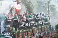 Les joueurs sur un bus à impériale à Alger sont acclamés par une foule immense.  ©RYAD KRAMDI