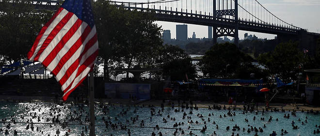 Des Américains se baignent à New York samedi 20 juillet alors que la ville connaît un épisode de canicule.