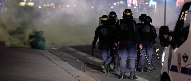 Des policiers lyonnais encadrent les célébrations de la victoire de l'Algérie à la CAN, vendredi 19 juillet 2019.