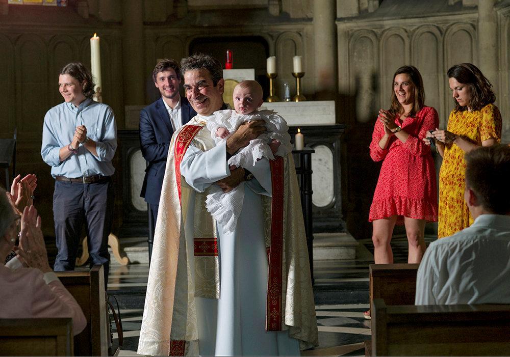 Communion. Le père Lancrey-Javal vient de célébrer un baptême très applaudi dans la chapelle Notre-Dame-de-Compassion, dans le 17earrondissement de Paris. La cérémonie se poursuivra par une gigue, sa spécialité.