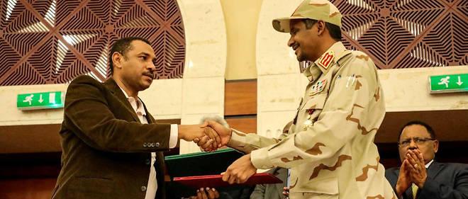 """Le numéro deux du Conseil militaire Mohamed Hamdan Daglo, """"Hemetti"""", et le leader de l'Alliance pour la liberté et le changement Ahmad Al Rabiah après la signature de la « déclaration politique »."""