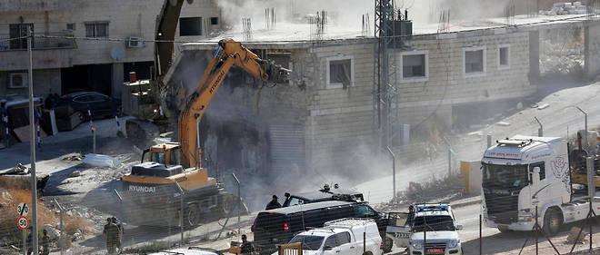 Les crans d'acier des pelleteuses ont dévoré au moins trois immeubles de plusieurs étages, dont deux inachevés.