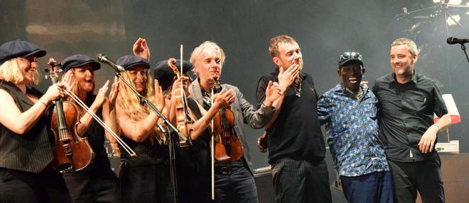 The Good The Bad &The Queen à Marseille le 24 juillet. Simon Tong est ici avec un violon.