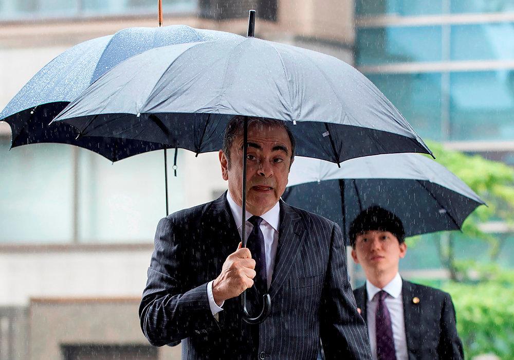 Gros temps. Carlos Ghosn à son arrivée au tribunal de Tokyo, le 24juin, pour une réunion de préparation de son procès, qui ne devrait pas avoir lieu avant 2020. L'ancien dirigeant du premier groupe automobile mondial est assigné à résidence au Japon.