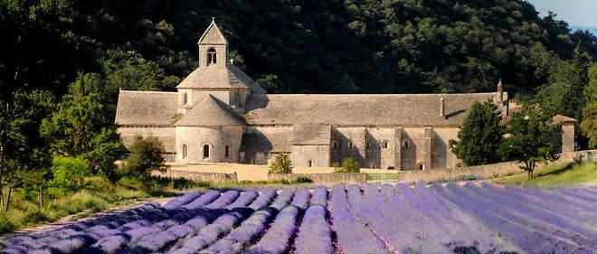 L'abbaye de Senanque, située près de Gordes, est un joyau de l'art roman.