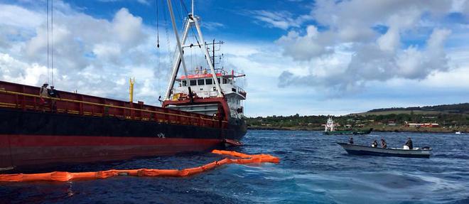 Un navire et une patrouille maritime ont été dépêchés sur le site, avec une équipe spécialisée dans la lutte contre la pollution.