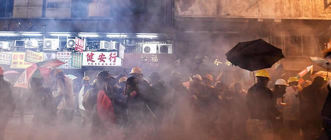 Les manifestants ont riposté avec des briques et des pierres puis ont été repoussés par une charge des policiers munis de matraques.