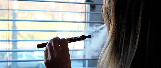 Le vapotage consiste à inhaler des vapeurs créées par le chauffage à haute température d'un liquide à l'intérieur de la cigarette électronique (illustration).