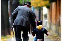 Un grand-père et sa petite fille. (Photo d'illustration.)
