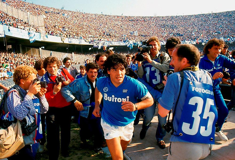 Idole. Diego Maradona fait son entrée au stade San Paolo, à Naples, le 10mai1987. Grâce à un match nul (1-1) obtenu contre la Fiorentina, leNapoli est sacré champion d'Italie pour la première fois de son histoire.