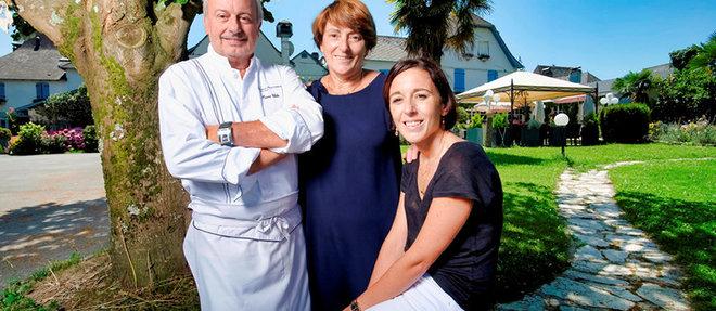 Pierre et Martine Chilo, devant leur restaurant de Barcus, avec leur fille Marina, bientôt aux commandes de l'établissement.  ©Sebastien ORTOLA/REA