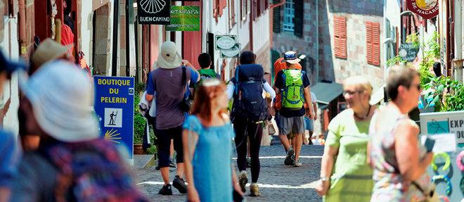 Chaque année, sur le trajet de Saint-Jacques de Compostelle, cent quatorze nationalités de pèlerins foulent les ruelles pavées de la ville de Saint-Jean-Pied-de-Port.  ©Sebastien ORTOLA/REA