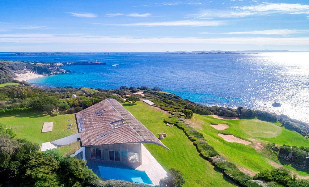 Confidentiel. L'une des 130villas bâties dans le prestigieux Domaine de Sperone, qui s'étend sur 135 hectares et offre une vue imprenable sur la Sardaigne.