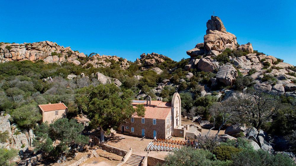 Mont. L'église est perchée à 220mètres d'altitude, face aux falaises de Bonifacio.